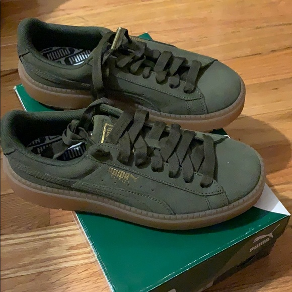 new style 91c66 213bd Olive Green Suede Platform Pumas